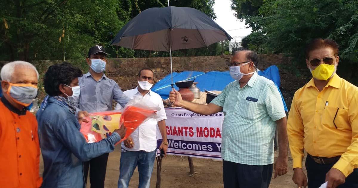 http://www.meranews.com/backend/main_imgs/helpingpeopleofIndia_modasa-rain-in-modasa-poor-people-in-rain-rain-and-povert_0.jpg?65