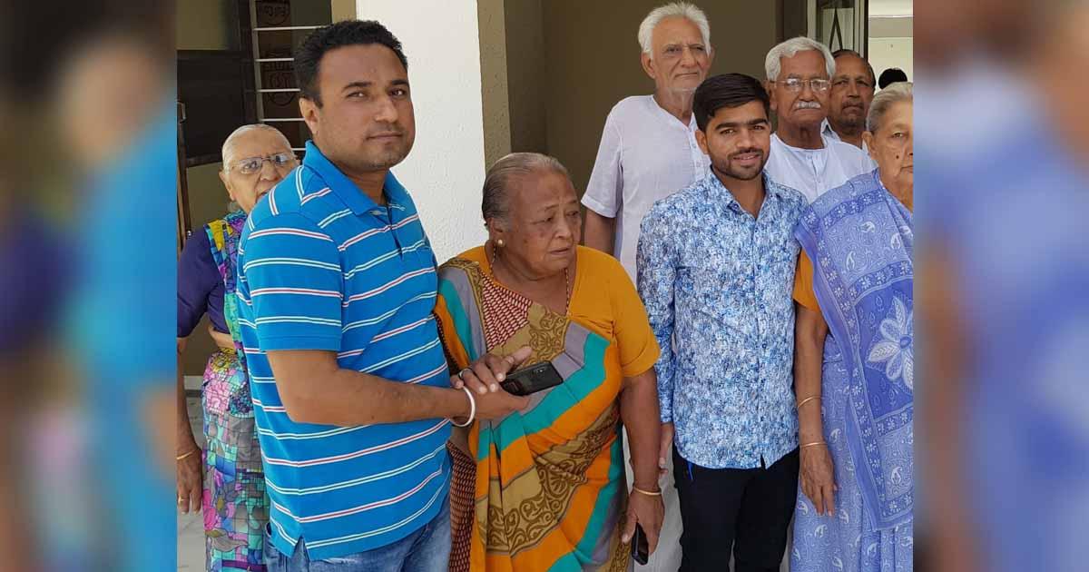 http://www.meranews.com/backend/main_imgs/helpoldpeople_gandhinagar-civil-hospital-doctors-comes-to-help-600-old-peo_0.jpg?54