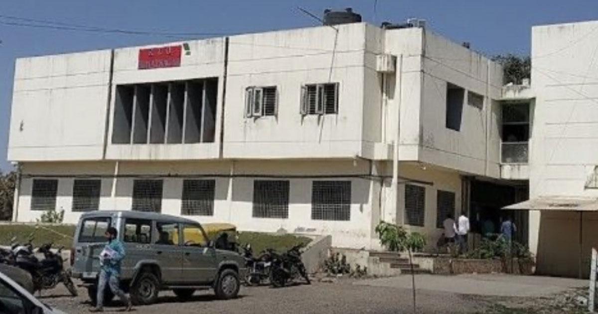 http://www.meranews.com/backend/main_imgs/himatnagar-rto_himatnagar-rto-office-senior-clerk-kk-vaniya-suspended_0.jpg?60