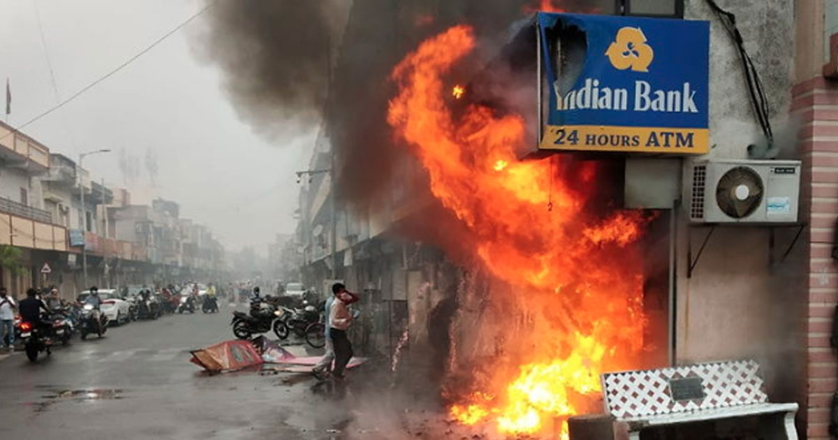 http://www.meranews.com/backend/main_imgs/indian-bank_ahmedabad-fire-in-atm-surat-fire-in-brts-bus-stop-fire_1.jpg?57
