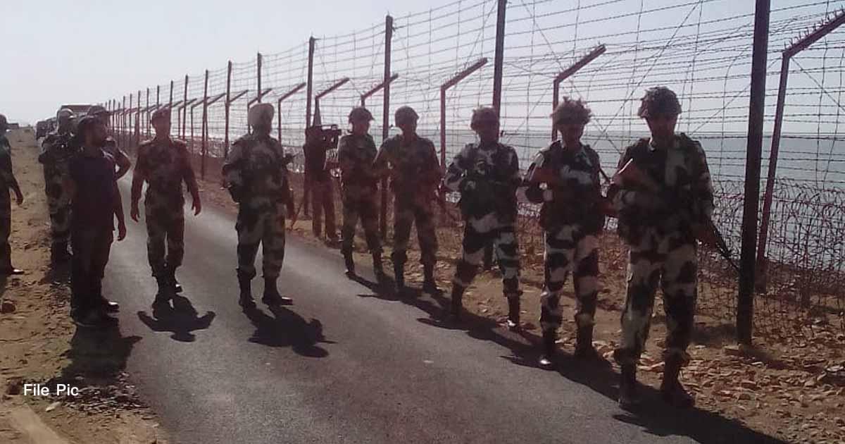 http://www.meranews.com/backend/main_imgs/indiapakistangujaratborder_breaking-kutch-indo-pak-border-high-alert-gujarati-news_0.jpg?72?84?56