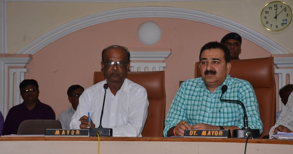 http://www.meranews.com/backend/main_imgs/jamnagarmayor2019_jamnagar-why-mayor-ordered-media-to-switch-off-the-camera_0.jpg?98