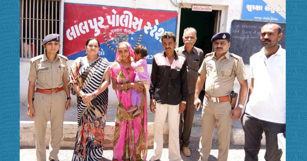 http://www.meranews.com/backend/main_imgs/jamnagarpolice_police-saves-mother-trying-to-jump-in-front-of-train-with-ch_0.jpg?3