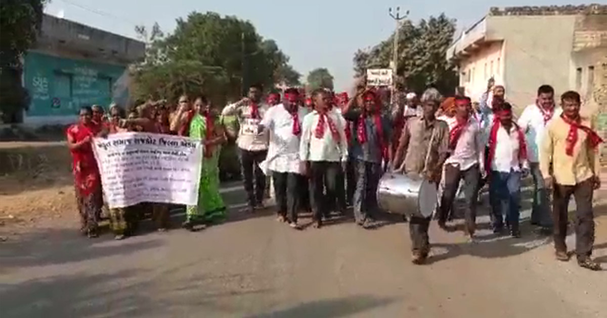 http://www.meranews.com/backend/main_imgs/jetpur-pad-yatra_jetpur-farmers-belonging-to-15-villages-walk-barefoot-from_0.jpg?54