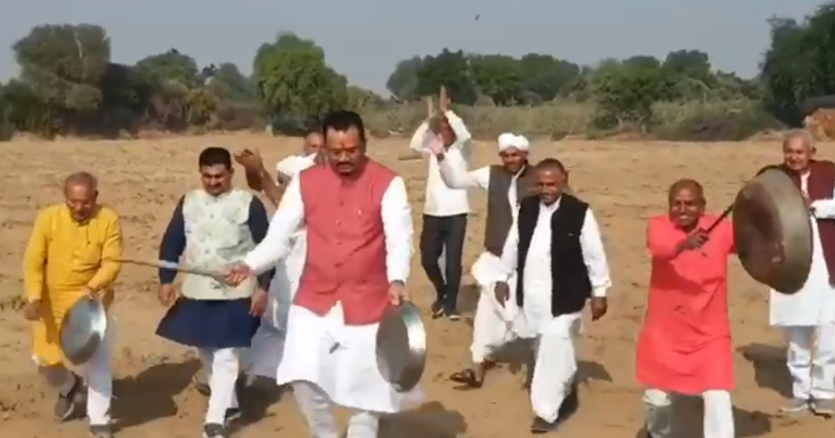 http://www.meranews.com/backend/main_imgs/jituvaghanifunny_video-jitu-vaghani-blowing-locusts-from-empty-farm-watch-v_0.jpg?59?91