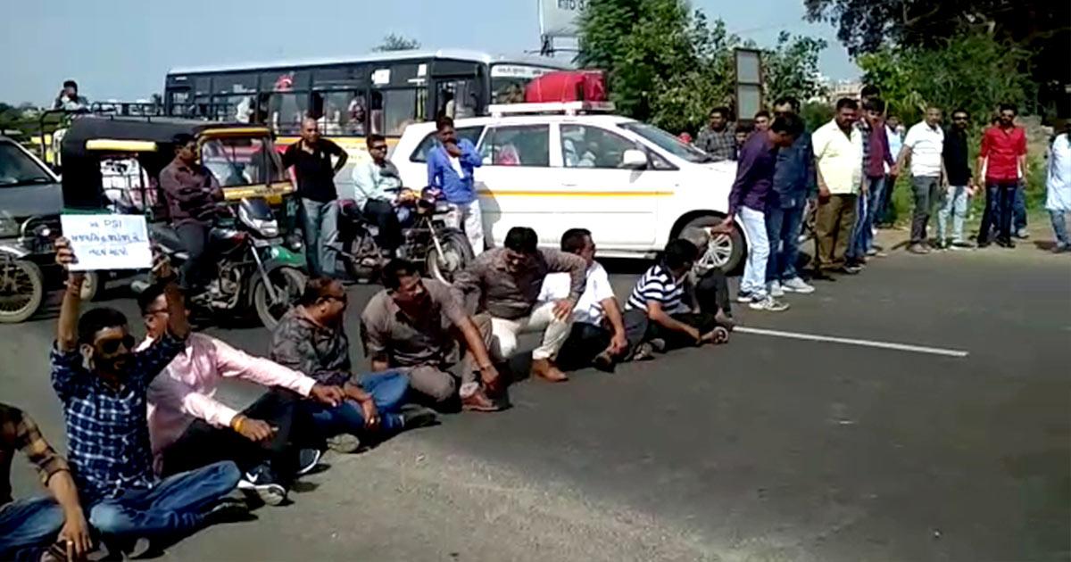 http://www.meranews.com/backend/main_imgs/karni-sena_rajkot-karni-sena-workers-blocked-road-over-psi-jadejas-su_0.jpg?43