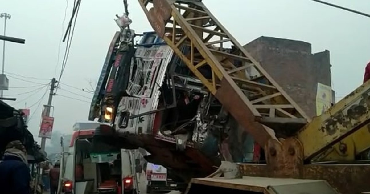 http://www.meranews.com/backend/main_imgs/kaushambiaccident_up-eight-died-in-road-accident-in-kaushambi-sand-loaded-truck-overturn-on-suv_2.jpg?57