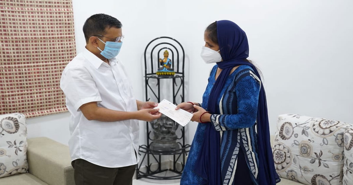 http://www.meranews.com/backend/main_imgs/kejriwal_chief-minister-arvind-kejriwal-today-met-the-family-of-late_0.jpg?66?2?16