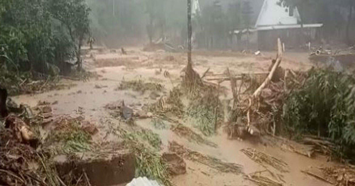http://www.meranews.com/backend/main_imgs/keralalandsliding_massive-landslide-in-kerala-more-than-75-people-missing-many_0.jpg?97