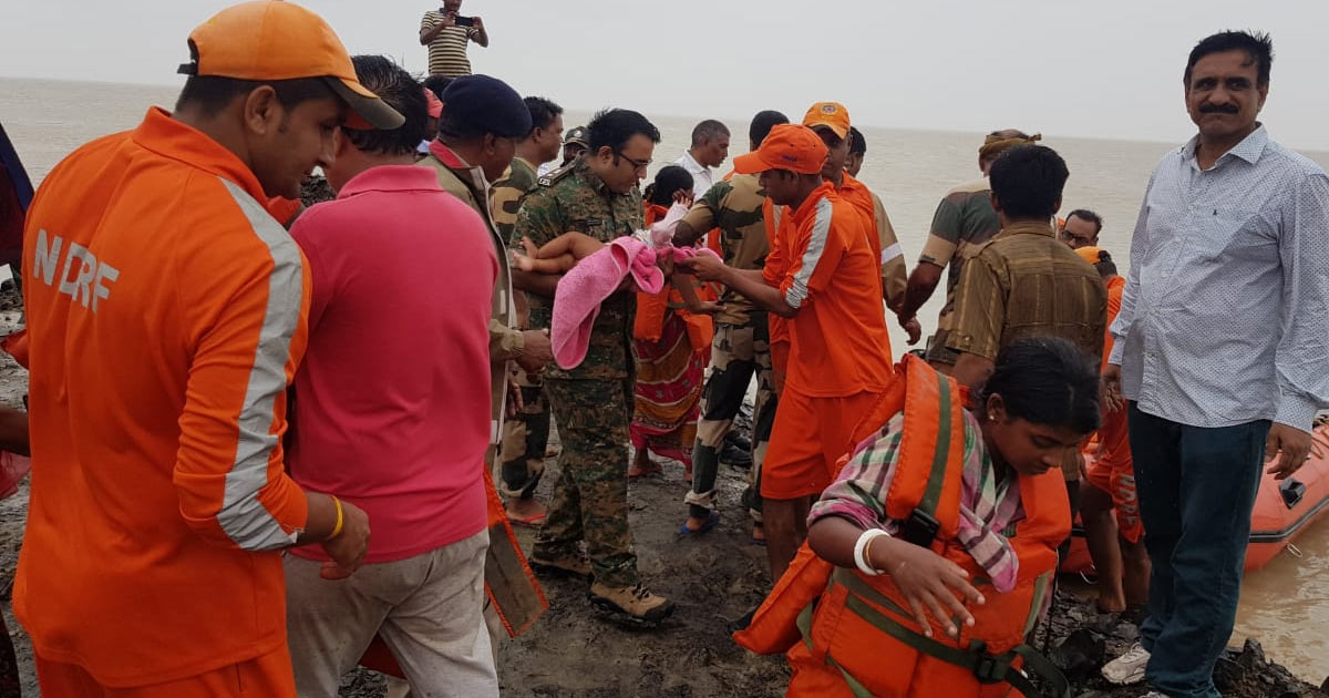 http://www.meranews.com/backend/main_imgs/kutch-1_kutch-police-rescue-more-than-300-people-in-operation-airlift-hajipur_0.jpg?9