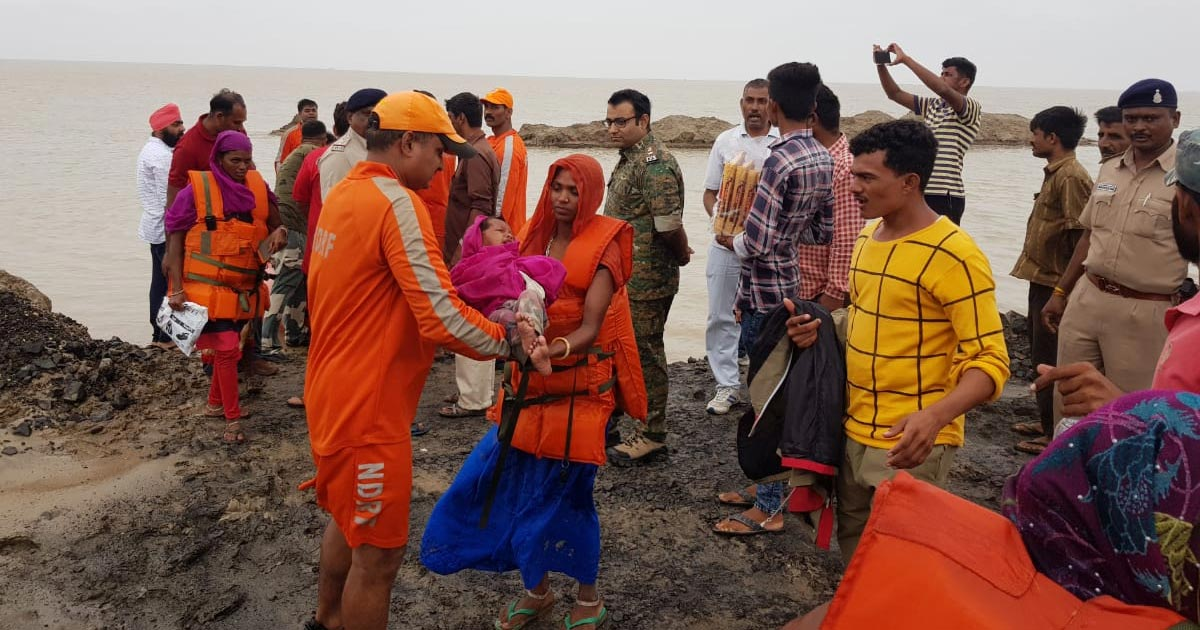 http://www.meranews.com/backend/main_imgs/kutch-2_kutch-police-rescue-more-than-300-people-in-operation-airlift-hajipur_3.jpg?12