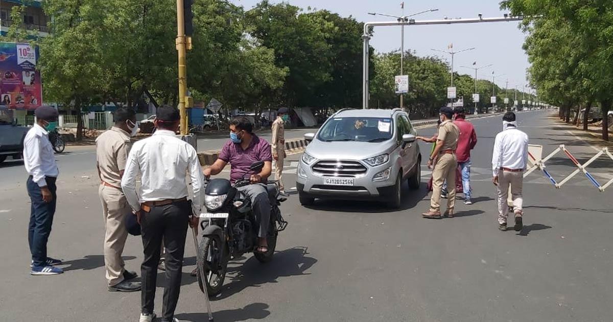 http://www.meranews.com/backend/main_imgs/kutch-police_cm-rupani-reprimands-traffic-in-gandhidham-of-kutch_1.jpg?54