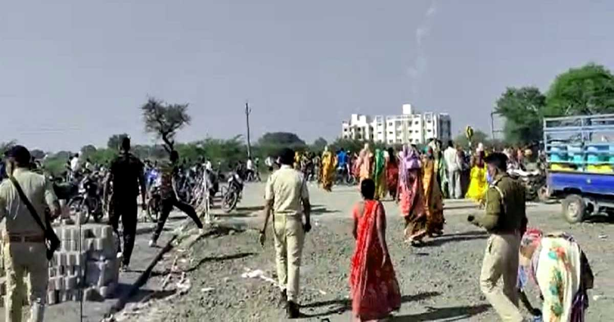 http://www.meranews.com/backend/main_imgs/lATHI_bharuch-lathicharge-bharuch-police-upl-company-water-issue_0.jpg?91?68