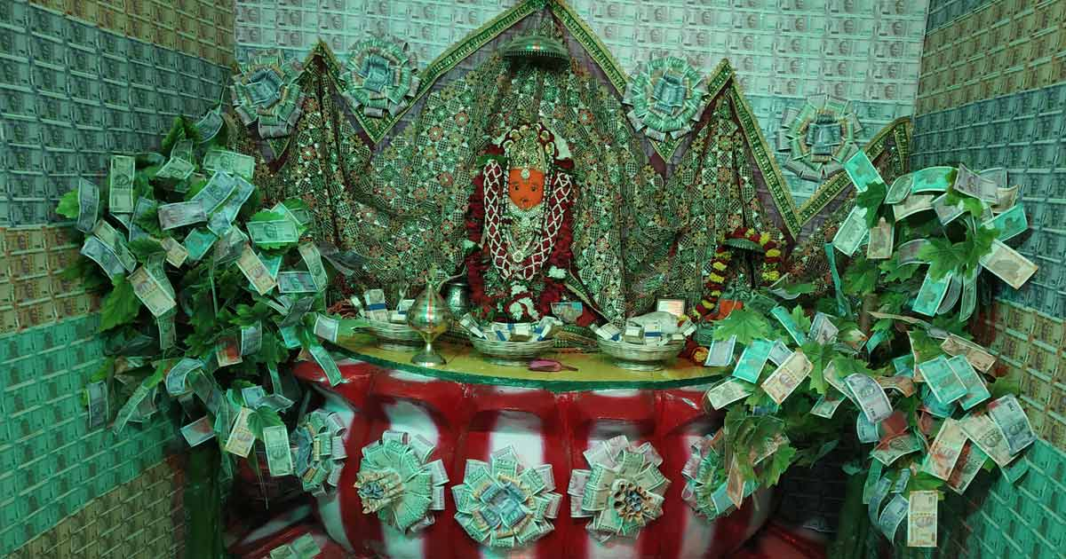 http://www.meranews.com/backend/main_imgs/lakshmiji_artisan-with-a-currency-notes-of-rs-21-lakhs-in-the-temple_0.jpg?75