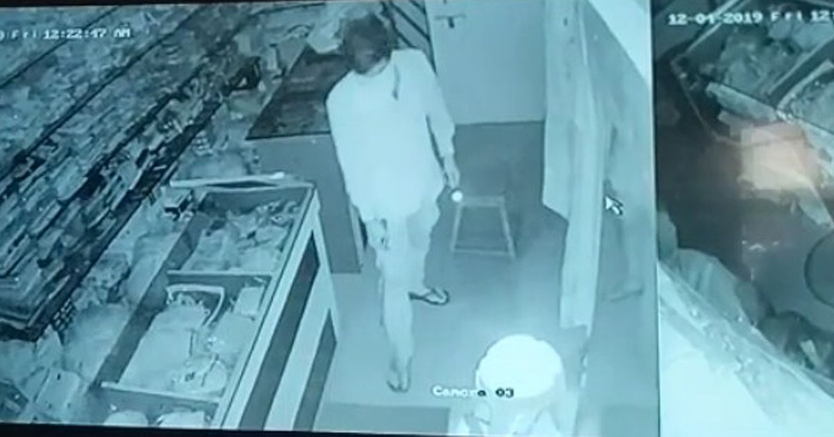 http://www.meranews.com/backend/main_imgs/lootcctv_himmatnagar-thief-attacks-on-3-shops-of-gambhoi-watch-this_0.jpg?57