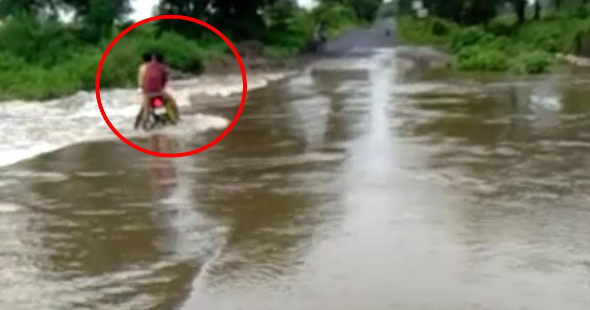 http://www.meranews.com/backend/main_imgs/malpur_aravalli-people-saved-three-bikers-from-deep-water-video_0.jpg?34