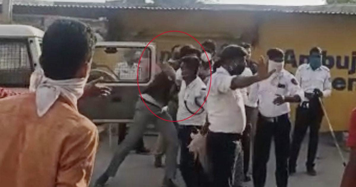 http://www.meranews.com/backend/main_imgs/modasa-police_modasa-a-mentally-youth-pelted-stones-at-leo-police-chowcky_2.jpg?19