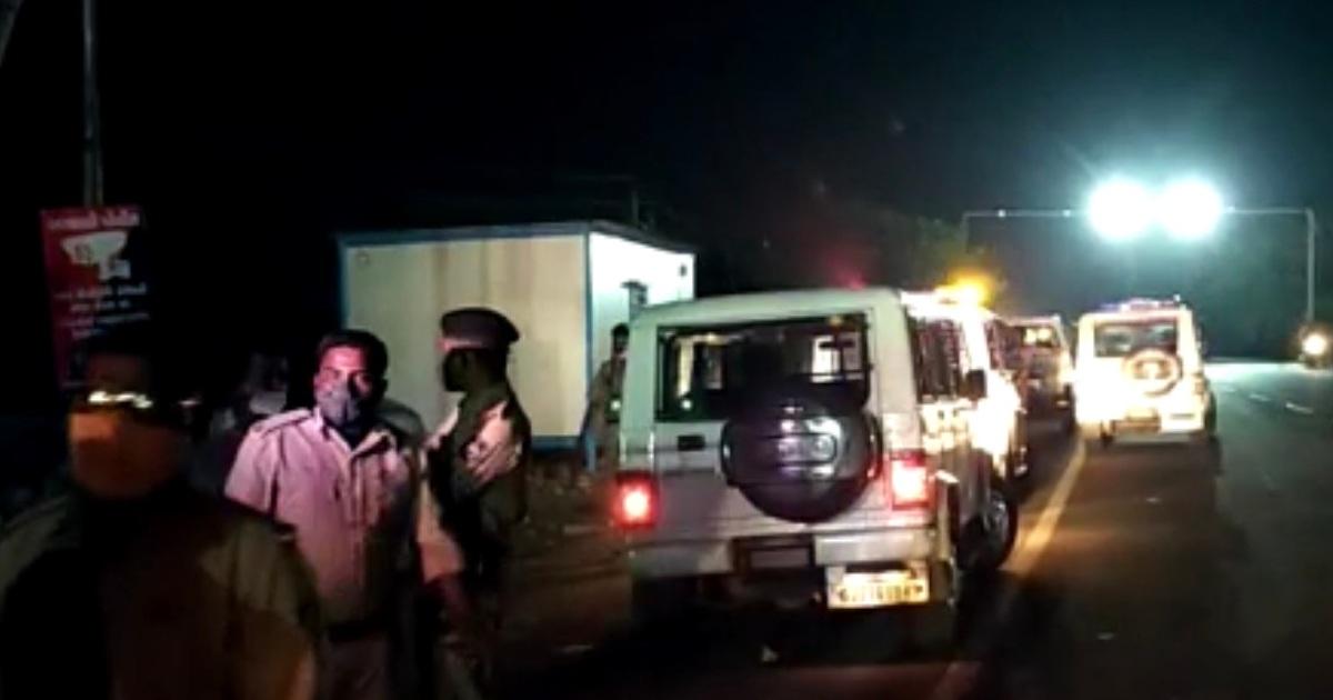 http://www.meranews.com/backend/main_imgs/modasaHotel_modasa-youth-minor-girl-hotel-antisocial-people-gujarat-police-news_1.jpg