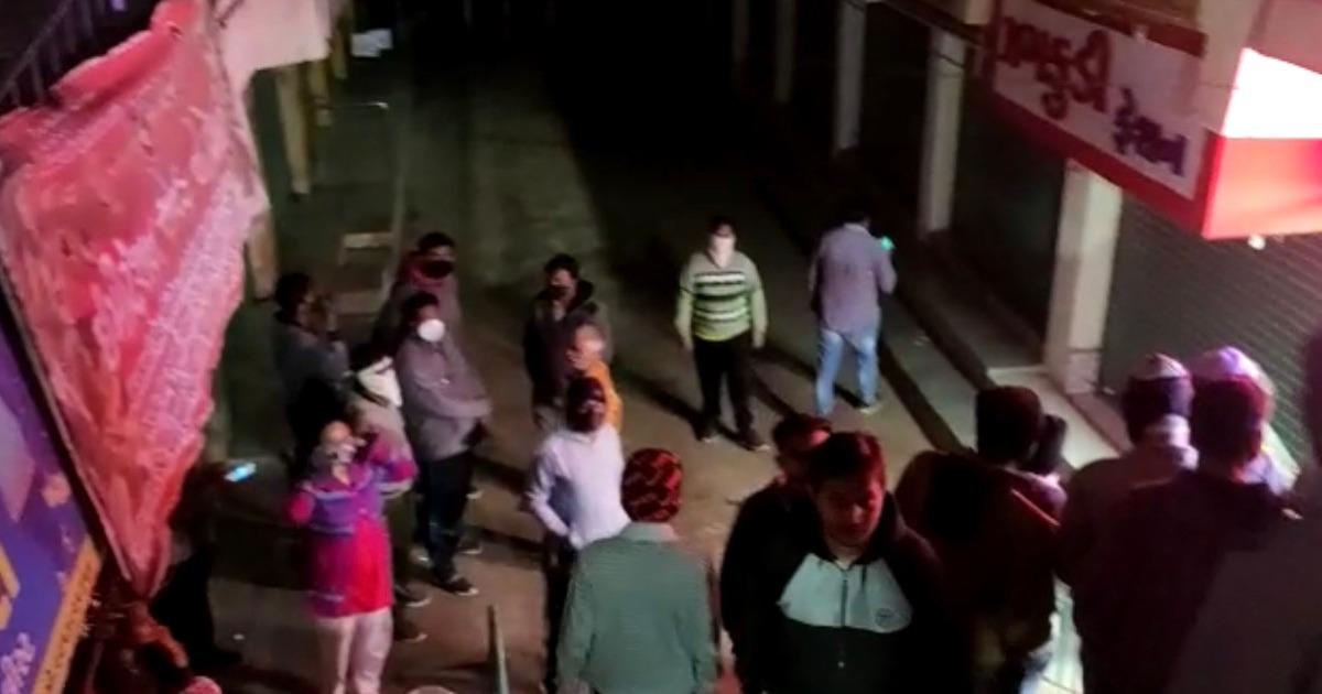 http://www.meranews.com/backend/main_imgs/modasacctv1_modasa-shopping-center-shop-break-traders-cctv-check-gujarat-police_4.jpg?93