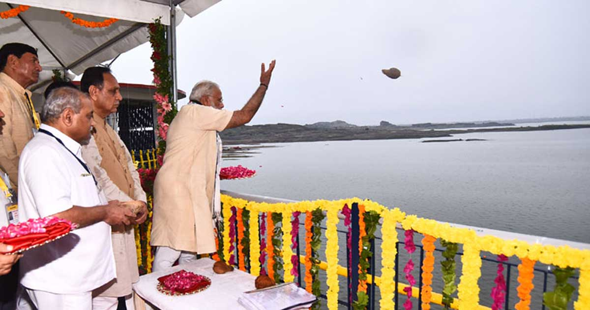 http://www.meranews.com/backend/main_imgs/modi-3_how-pm-modis-inauguration-spree-on-narmada-may-have-plunged_0.jpg?87