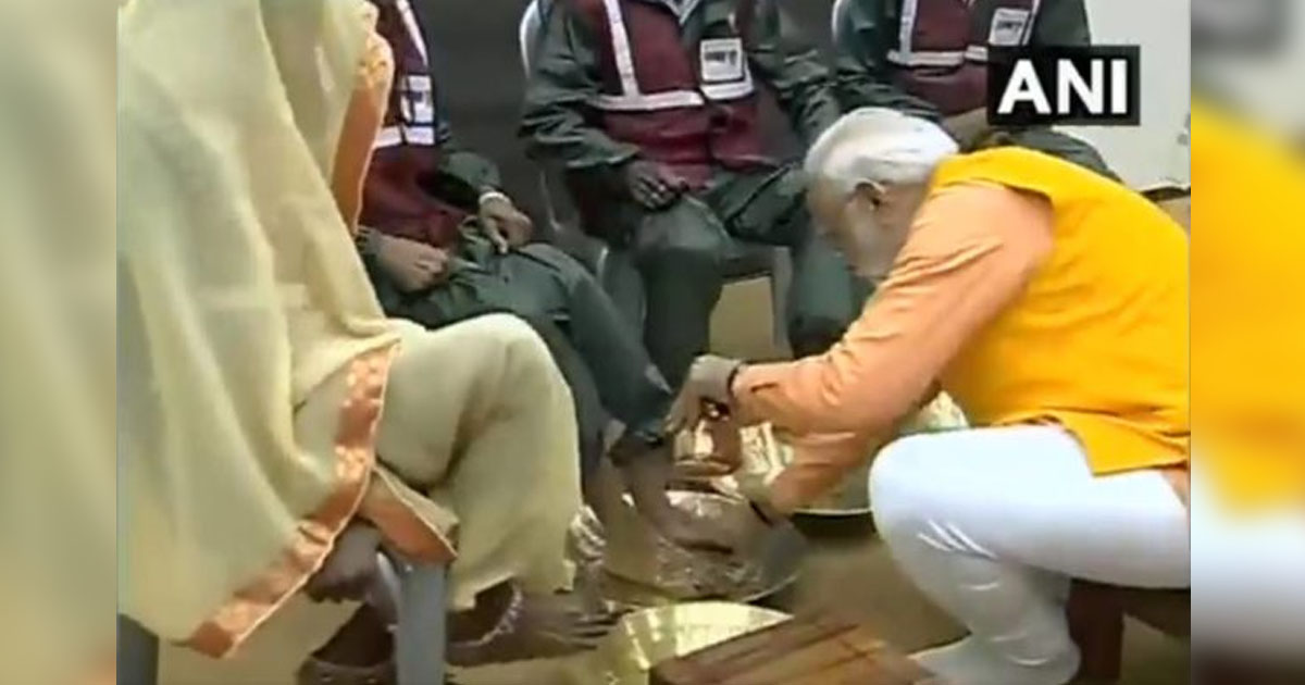 http://www.meranews.com/backend/main_imgs/modigorakhpur_pm-modi-washes-feet-of-sanitation-workers-at-kumbh-performs_0.jpg?5