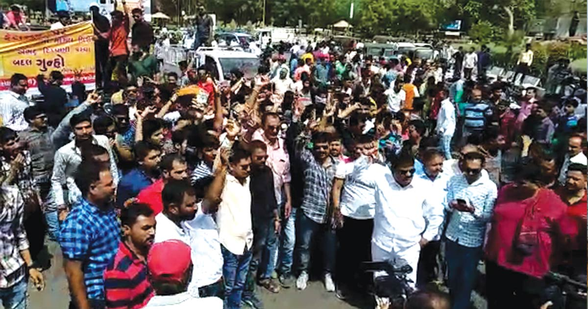 http://www.meranews.com/backend/main_imgs/mogal-protest-final_rajkot-protest-against-fb-post-regarding-abusing-words-for_0.jpg?26