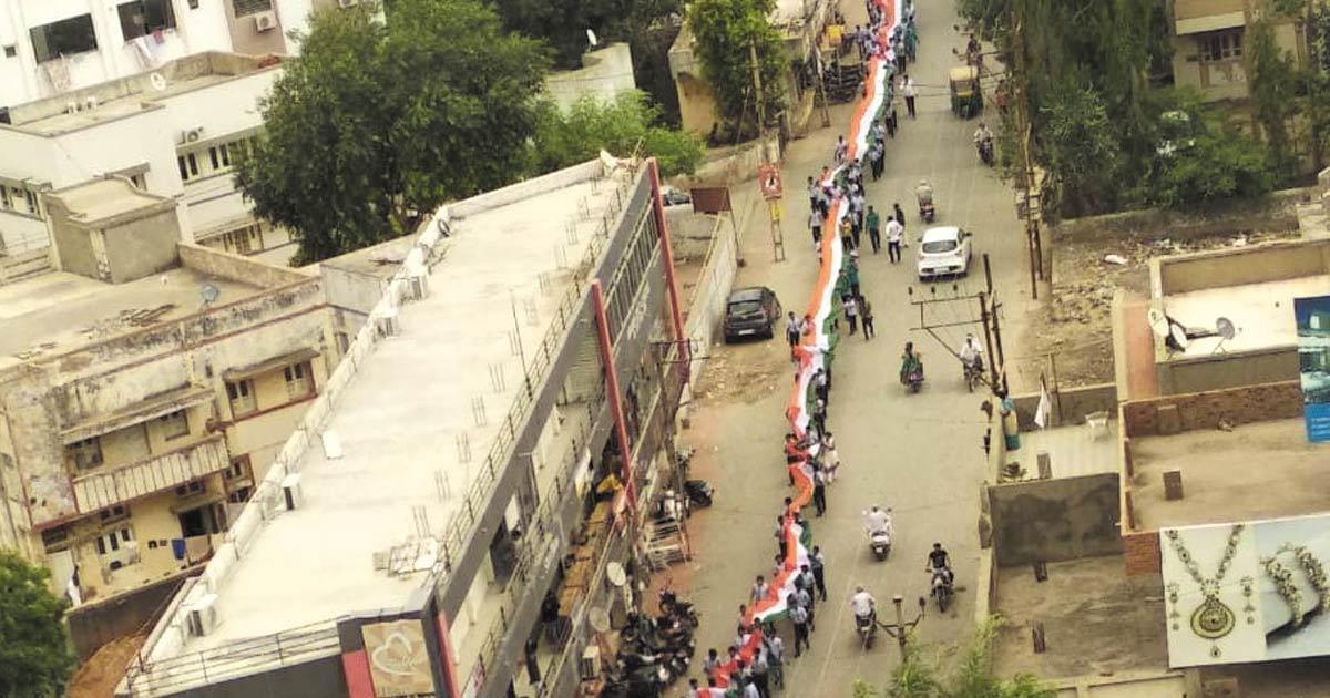 http://www.meranews.com/backend/main_imgs/morbi-flag_flag-march-holding-2250-feet-long-tricolor-held-in-morbi_0.jpg?33