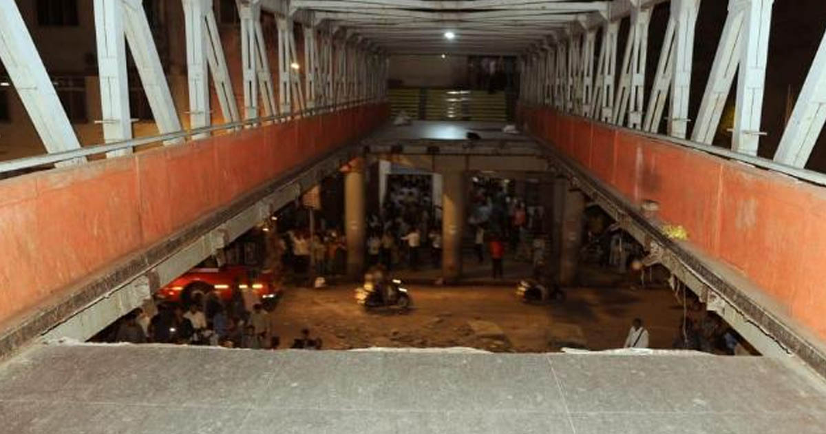 http://www.meranews.com/backend/main_imgs/mumbaibridgecststation_6-dead-after-footbridge-collapses-at-mumbais-cst_0.jpg?54