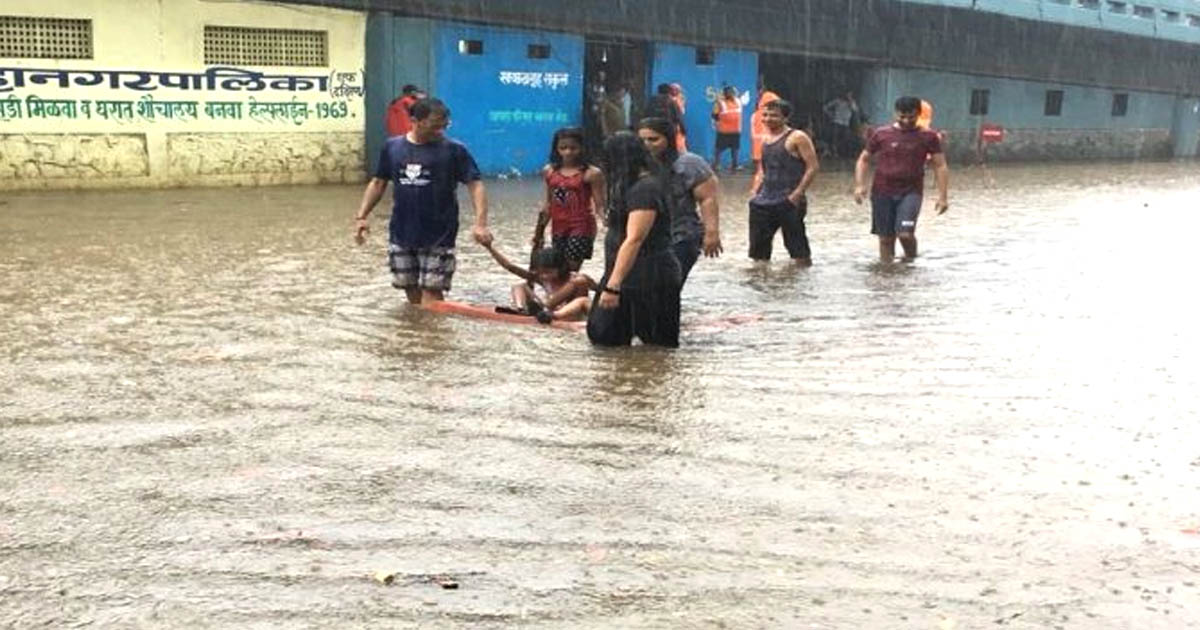 http://www.meranews.com/backend/main_imgs/mumbairain_heavy-traffic-during-rain-in-mumbai_0.jpg?64