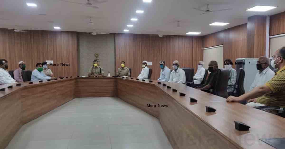 http://www.meranews.com/backend/main_imgs/muslimandpolicemeeting_aravalli-police-sp-mayur-patil-eid-meeting-corona-in-aravalli_0.jpg?6