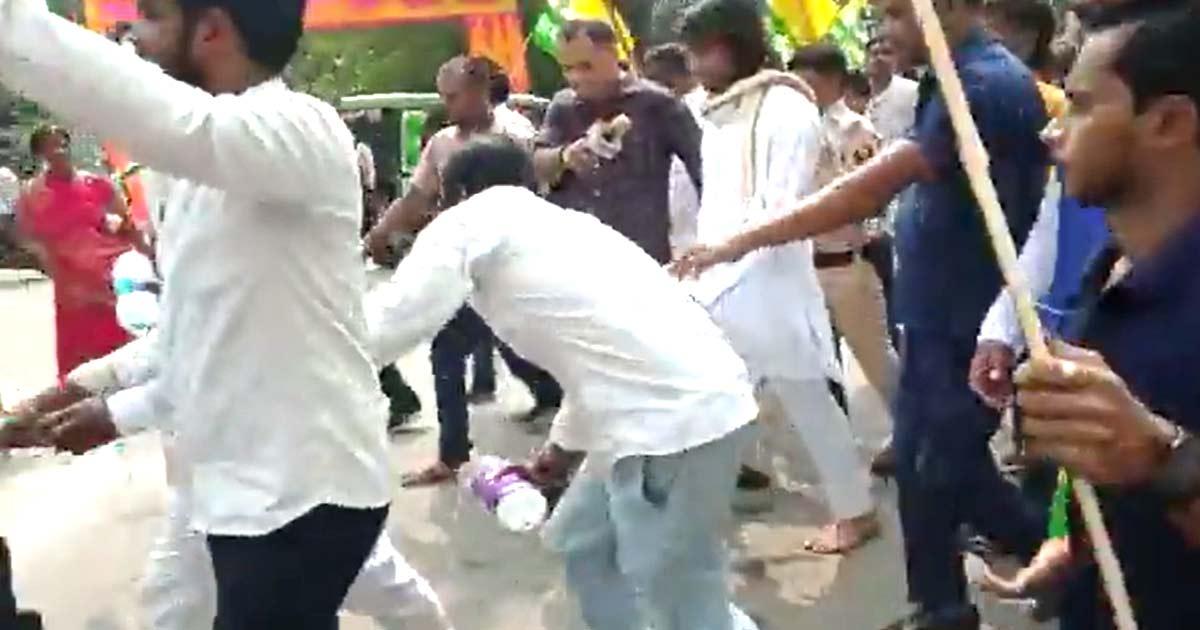 http://www.meranews.com/backend/main_imgs/national_video-tejpratap-yadav-walking-supporters-mineral-water-national_0.jpg?87