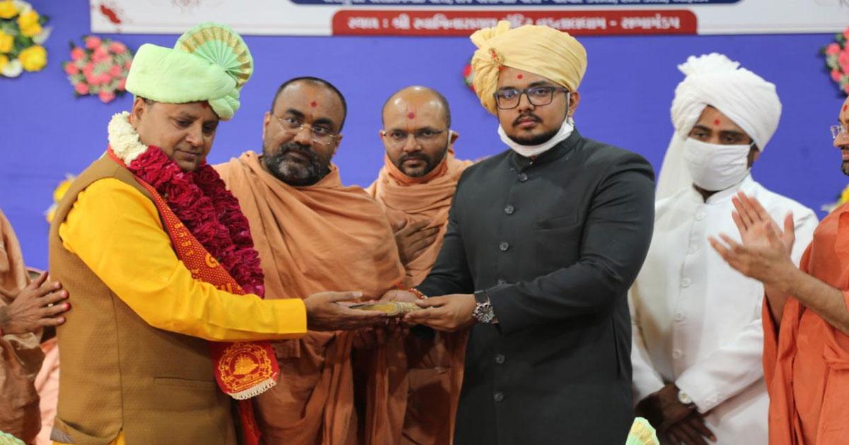http://www.meranews.com/backend/main_imgs/nri_vadtal-shikshapatri-mahotsva-195-nri-donate-fire-crore_0.jpg?3