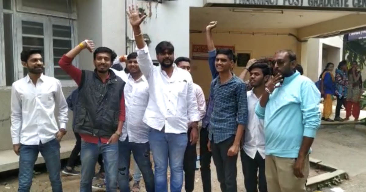 http://www.meranews.com/backend/main_imgs/nsuiaravalli_aravalli-youth-congress-and-nsui-protest-at-college_0.jpg?39