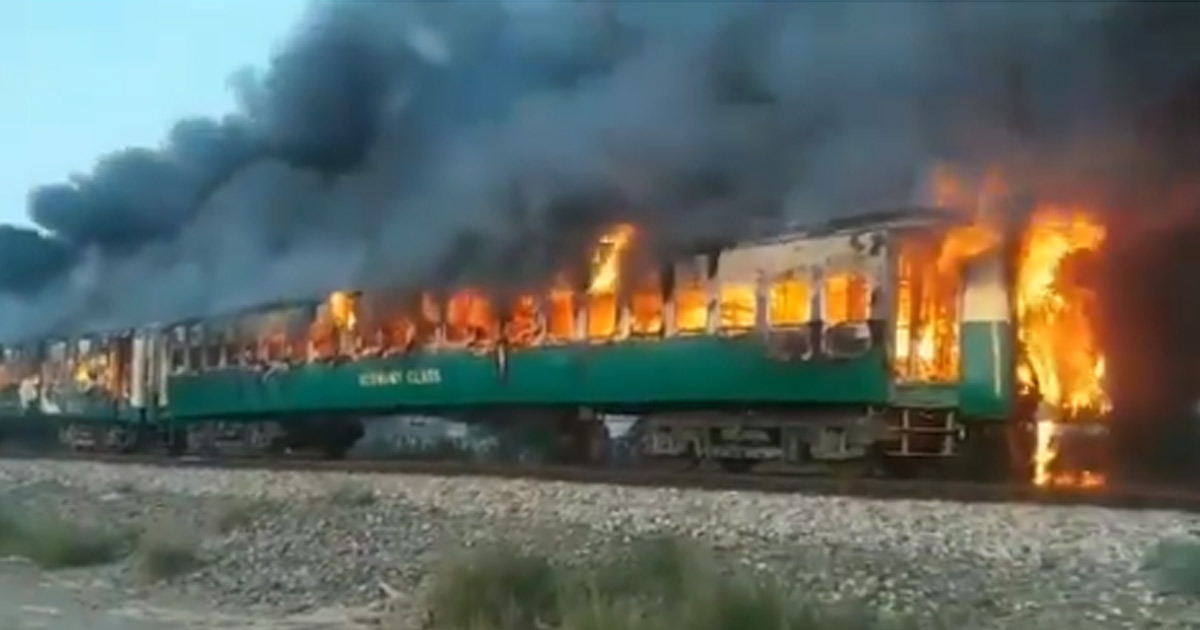 http://www.meranews.com/backend/main_imgs/pakisthan-train_pakistan-fire-in-karachi-rawalpindi-tezgam-express-blast_1.jpg?78