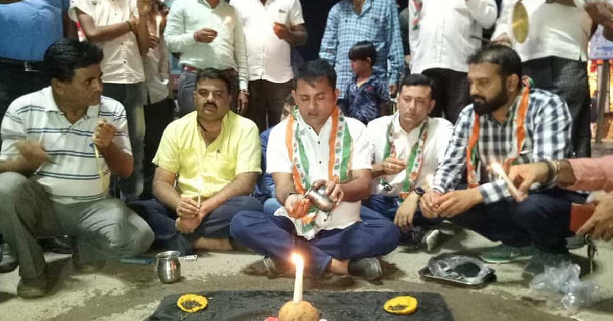 http://www.meranews.com/backend/main_imgs/paresh-dhanani_paresh-dhanani-celebrating-kali-chaudas-at-amreli_0.jpg?62