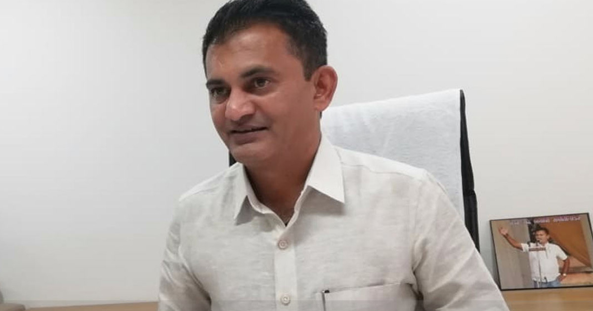http://www.meranews.com/backend/main_imgs/pareshdhanani_paresh-dhanani-s-reaction-on-suspension-of-mla-bhagwan-bara_0.jpg?13