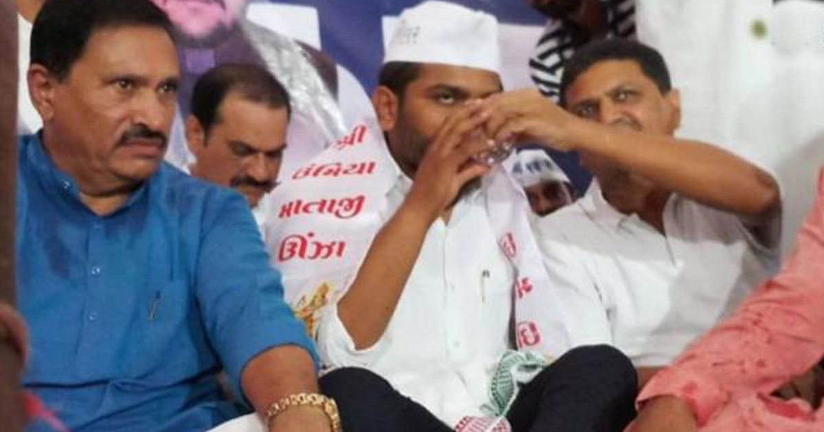 http://www.meranews.com/backend/main_imgs/parna-hardik-patel_hardik-breaks-fast-after-19-days-know-what-happened_0.jpg?93