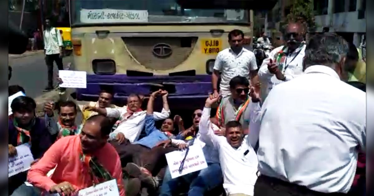 http://www.meranews.com/backend/main_imgs/petrolpic2final_rajkot-congress-rally-against-hike-in-petrol-diesel-price-v_0.jpg?88
