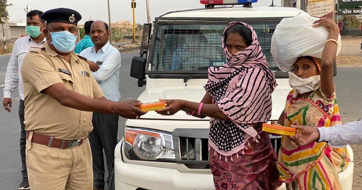 http://www.meranews.com/backend/main_imgs/police-corona1_aravalli-police-lockdown-india-foodie-for-hungry-people_2.jpg?87