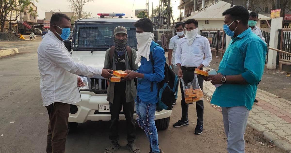 http://www.meranews.com/backend/main_imgs/police-corona2_aravalli-police-lockdown-india-foodie-for-hungry-people_0.jpg?31