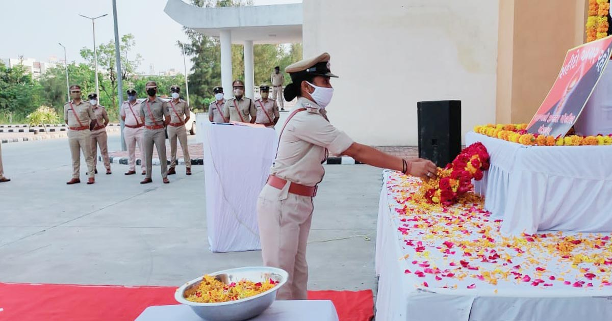 http://www.meranews.com/backend/main_imgs/police03_tribute-to-martyrs-at-aravalli-police-bhavan-guard-of-honor_4.jpg?39?16