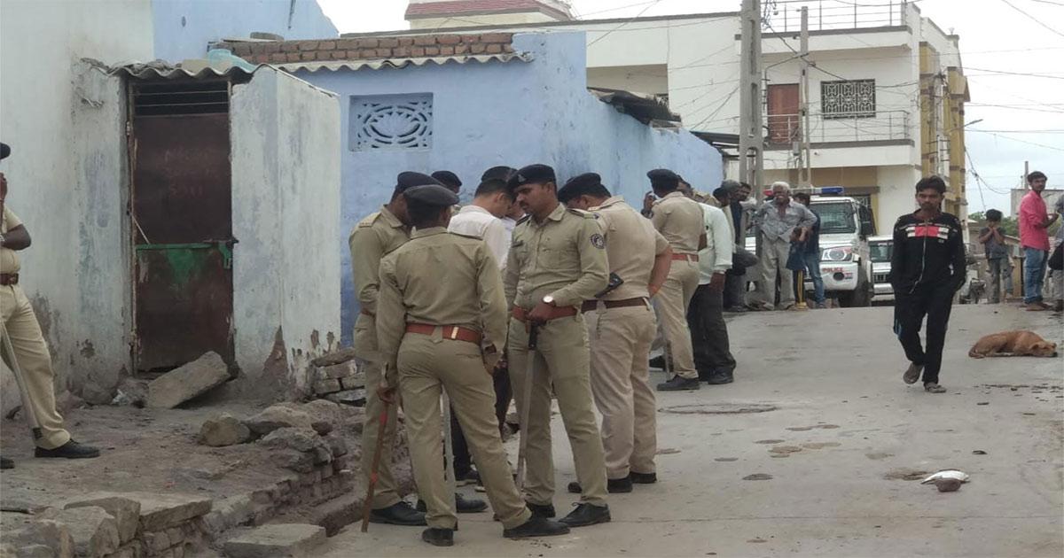 http://www.meranews.com/backend/main_imgs/police_gujarat-youth-murdered-in-thangadh_0.jpg?65