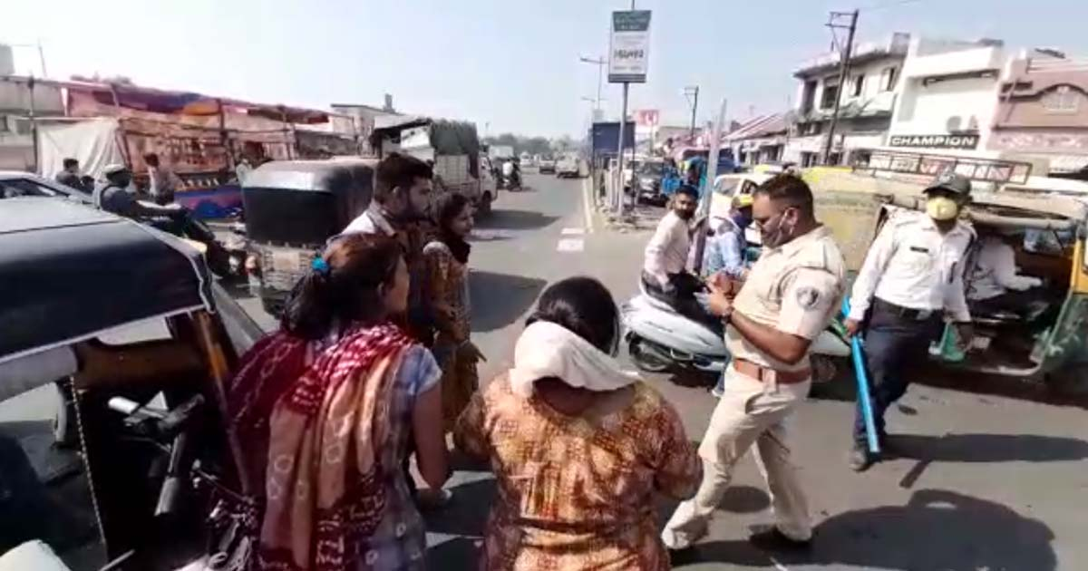 http://www.meranews.com/backend/main_imgs/police_traffic-police-rajkot-parevdi-chowk-woman-dispute-road-traffic_0.jpg?54
