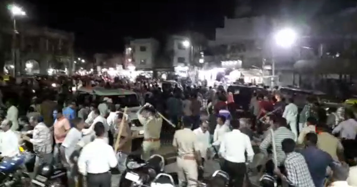 http://www.meranews.com/backend/main_imgs/policelathicharge_jamnagar-police-lathicharge-on-vendors-who-asking-for-justi_0.jpg?18?51