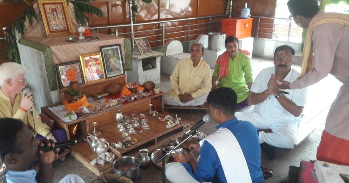 http://www.meranews.com/backend/main_imgs/poojamodibirthday_pm-modi-narendra-modi-birthday-shamlaji-temple-pooja-celebration-news_2.jpg?3
