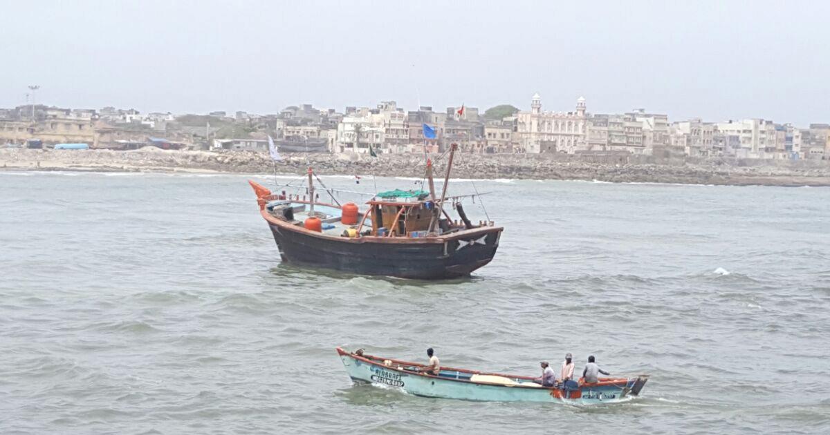 http://www.meranews.com/backend/main_imgs/porbandar-boat_one-dead-in-collision-between-boats-in-bhavpara-in-porbandar_0.jpg?65