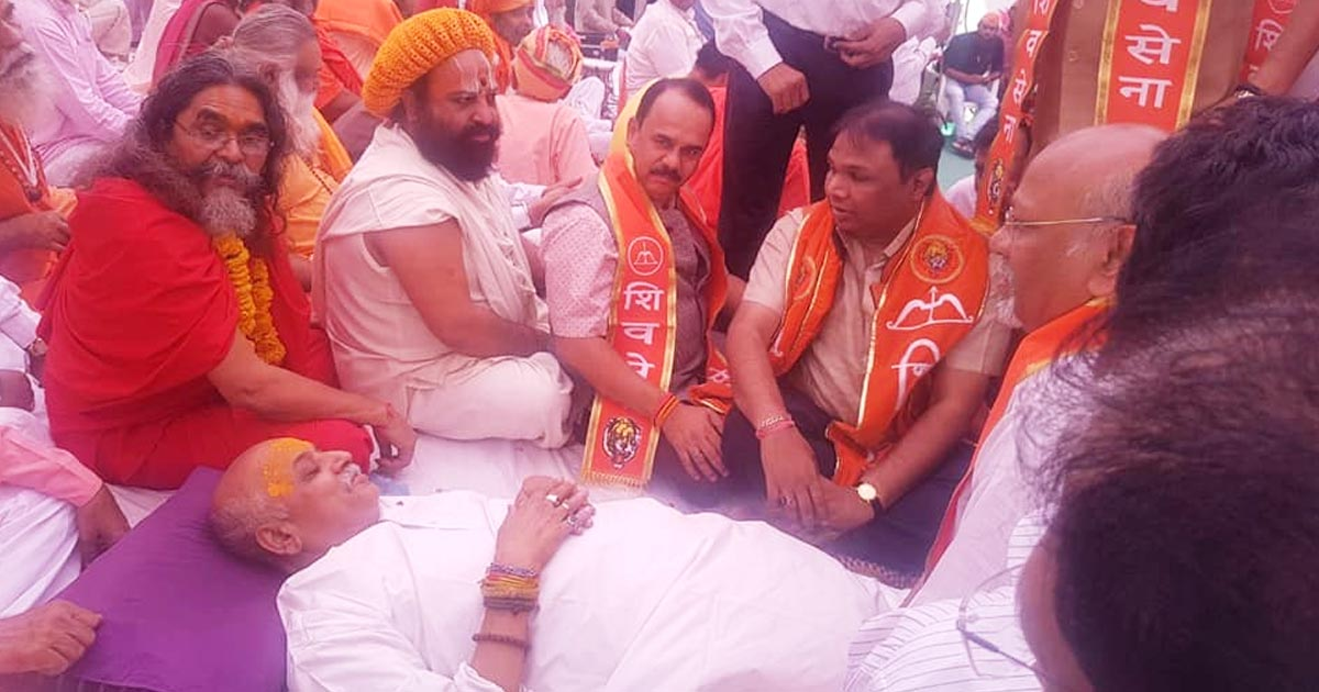 http://www.meranews.com/backend/main_imgs/pravintogadia1_pravin-togadia-shod-not-have-fasted_0.jpg?3?59?28