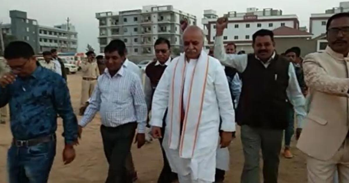 http://www.meranews.com/backend/main_imgs/pravintogadiaarvalli_pravin-togadia-to-bjp-visiting-masjids-and-pakistan-wont-g_0.jpg?2