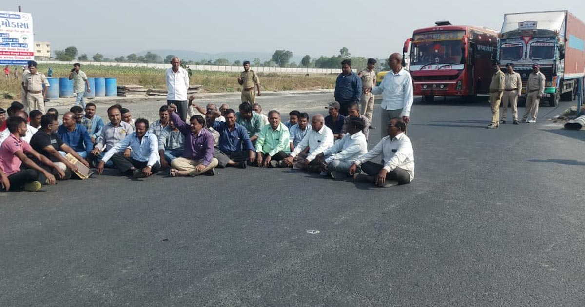 http://www.meranews.com/backend/main_imgs/protest_ahmedabad-udaipur-nh-8-halted-diversion-accident-zone_0.jpg?63