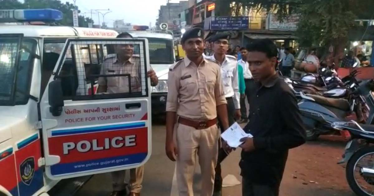 http://www.meranews.com/backend/main_imgs/publicsmokers_modasa-police-takes-action-against-smokers-who-smoking-and_0.jpg?72